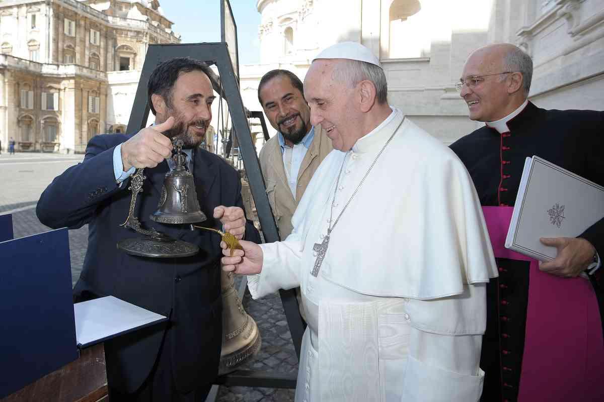 Papa Francesco consegna della Campana Marinelli