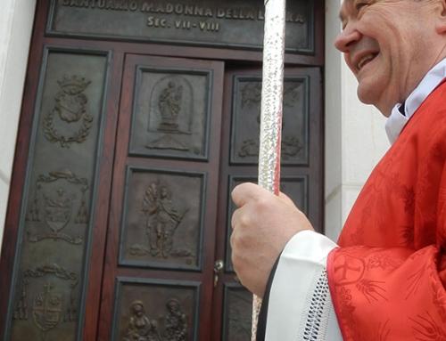 Provvidenti –  Il Vescovo De Luca benedice la porta bronzea opera della Marinelli